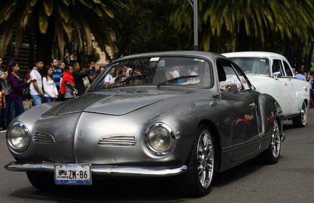Рекордний ретро парад автомобілів в Мехіко