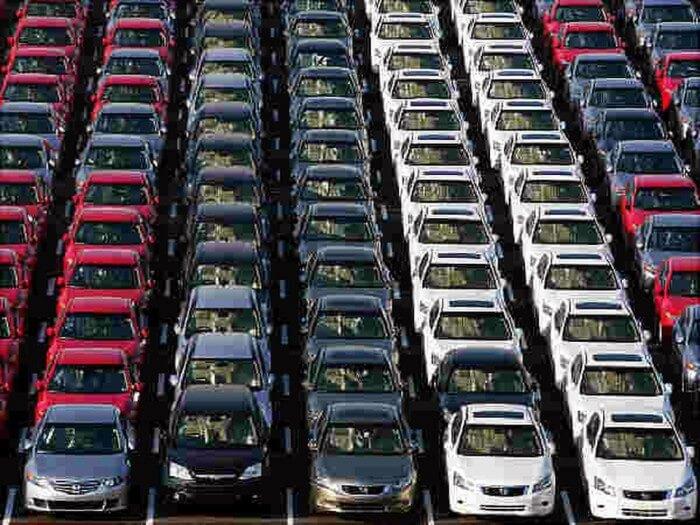 10 вражаючих фотографій стоянок з тисячами нерозпроданих автомобілів