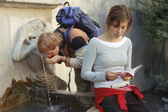 Молоді люди біля фонтану
