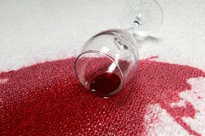 Як позбутися від плям від червоного вина на одязі